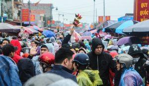 """Dòng người chen lấn, đội mưa """"mua may, bán rủi"""" ở chợ Viềng"""