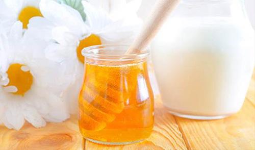 Sữa tươi và mật ong cũng là một trong những mặt nạ căng da mặt tự nhiên mà bạn nên áp dụng